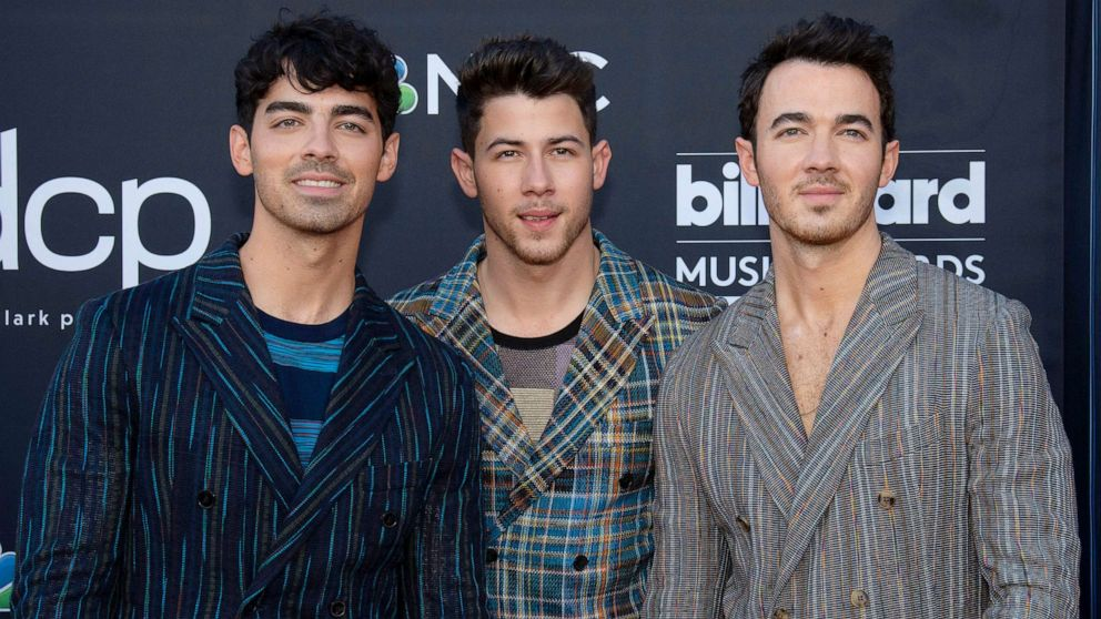 Jonas Brothers are writing a memoir, to be released in November